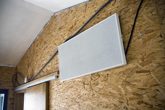 Panel v hosťovskej ešte nedokončenej izbe, pri dokončovaní pôjde na zošikmený strop, aby mal čo najväčší rozptyl