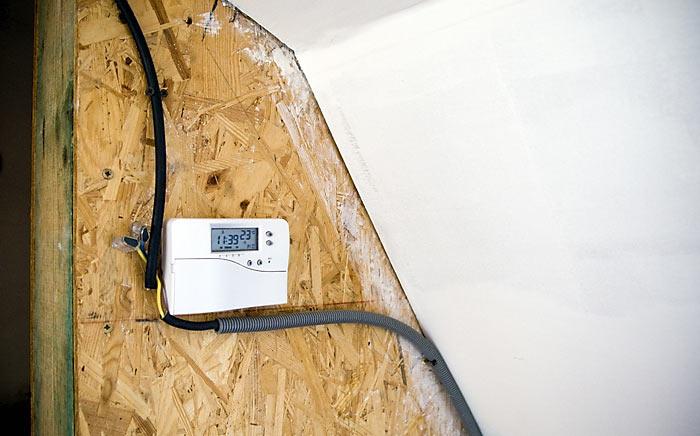 Jednoduchý ale na rozdiel od inteligentných 5tis.korunových DEVIregov funkčný a presný tisíckorunový termostat