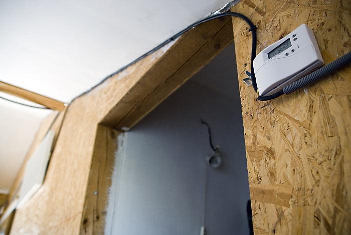 Tam kde nie je dokončený sadroš, sme panel zapájali do termostatu cez kábel