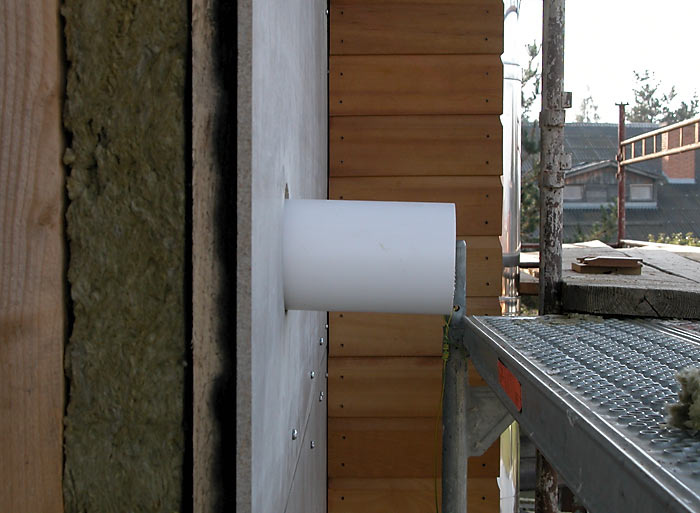 Výstup cez stenu, po zrezaní sa namontuje krytka
