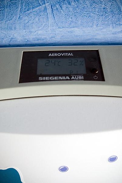 Ukazuje teplotu, vlhkosť, má 10stupňov výkonu a dá sa programovať, signalizuje aj výmenu filtra